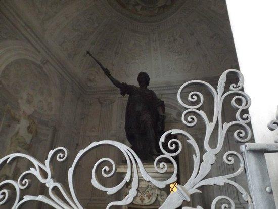 Arcibasilica di San Giovanni in Laterano: statue in front