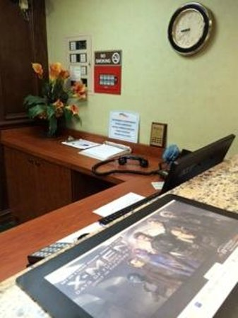 Baymont Inn & Suites Bridgeport/Frankenmuth : Phone off hook for hours while staff was outside or entertaining in the lobby