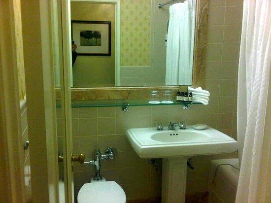 Fairmont Hotel Vancouver : Small bathroom was okay