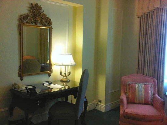 Fairmont Hotel Vancouver : Desk & wireless internet
