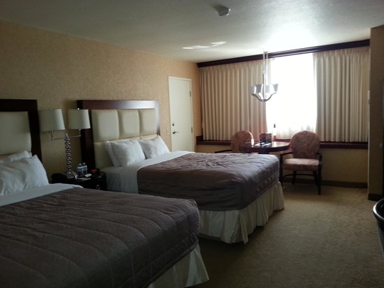 Nugget Casino Resort: 2 queen beds and a nice view of Mt. Rose