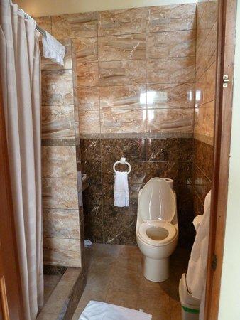 Eden Atenas: Beautiful tiled bathrooms
