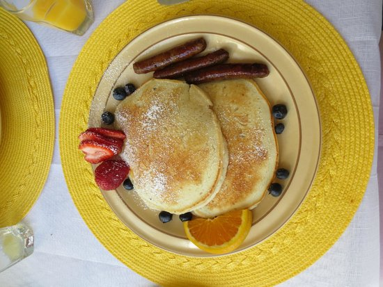 Holiday Guest House Bed & Breakfast: Buttermilk pancakes with blueberries and sausages