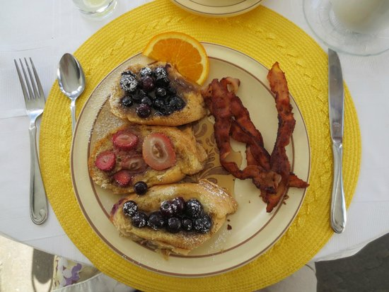 Holiday Guest House Bed & Breakfast: French toast with fruit and bacon for breakfast