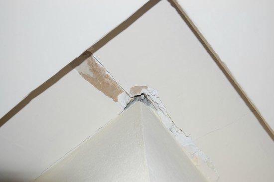 Sunscape Dorado Pacifico Ixtapa: Ceiling cracks outside room