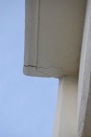 Sunscape Dorado Pacifico Ixtapa: Cracks in Balcony