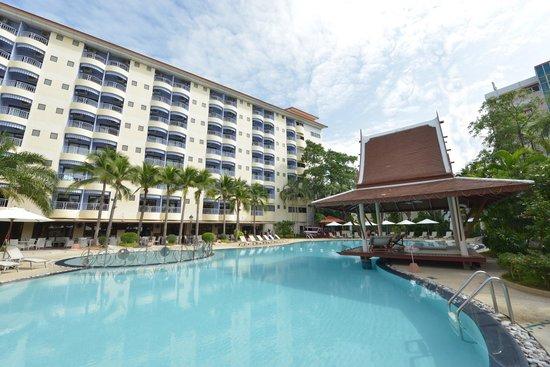 Mercure Pattaya Hotel : Swimming Pool + Sala Thai