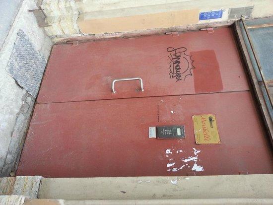 Maribelle: Entrance door