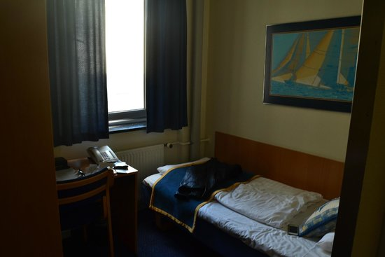 Hotel Maritime: Single room - teeny tiny