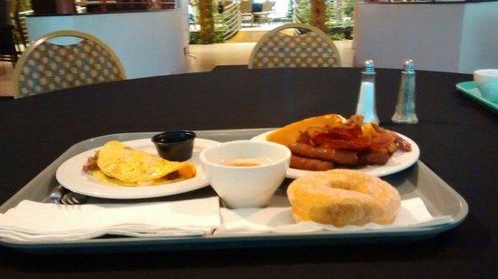 Embassy Suites by Hilton Dorado del Mar Beach Resort: Un gran desayuno