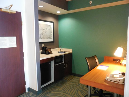 SpringHill Suites Austin Round Rock : kitchenette and desk