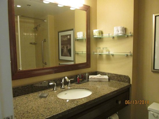 Halifax Marriott Harbourfront Hotel: The simple, but very clean bathroom