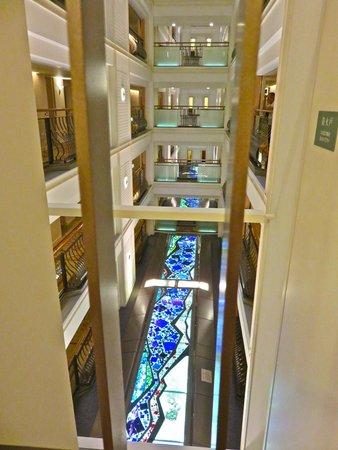 Kyoto Hotel Okura: Art work between floors