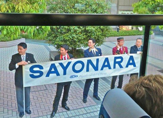 Kyoto Hotel Okura: Hotel staff saying good bye!