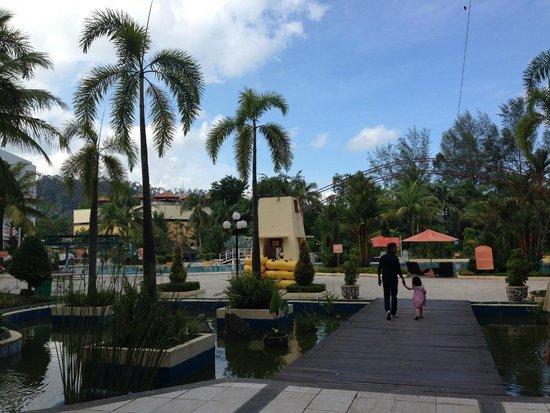 HARRIS Resort Batam Waterfront: pool area