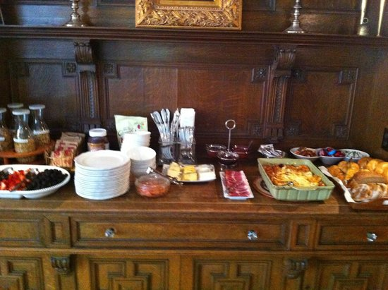 Shafer Baillie Mansion: Breakfast buffet available at 8:00 am