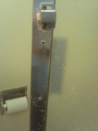 Quality Inn & Suites Escondido: Shower Door missing the handle to close it from the inside.