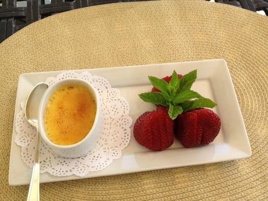 Seven Quails Vineyards Bed & Breakfast: Creme Brulee and Santa Maria strawberries (!!)