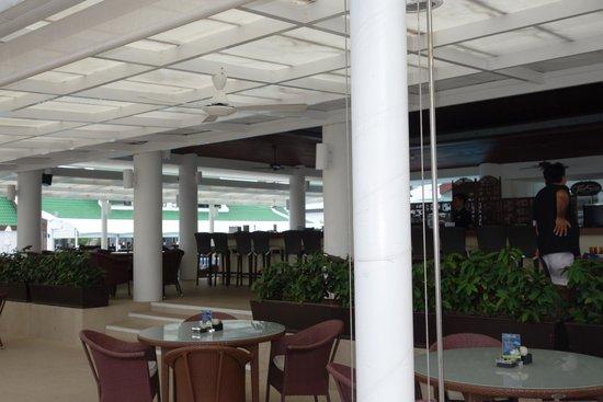 Le Meridien Phuket Beach Resort : Outside bar