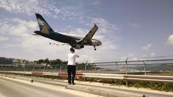 Playa Maho: This is how close you are to the landing planes