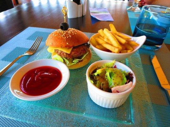 Lily Beach Resort & Spa : アクアバーの絶品ハンバーガー