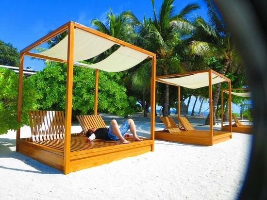 Lily Beach Resort & Spa : アクアバー横ビーチ