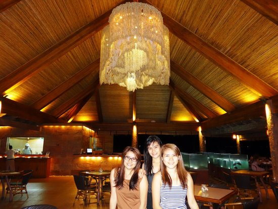 Bluewater Maribago Beach Resort: The cove restaurant with its giant shell chandelier.