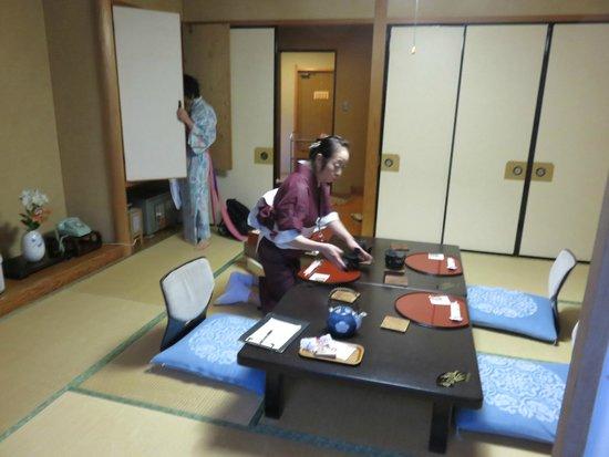 Gero Onsen Fugaku : setting up for dinner