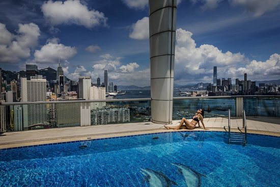Metropark Hotel Causeway Bay Hong Kong: View at the rooftop pool