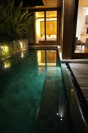 Maca Villas & Spa: Pool at night