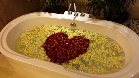 Maca Villas & Spa : Romantic bath