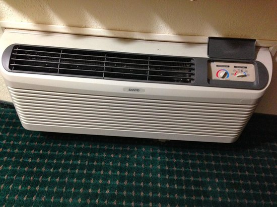 Super 8 Clinton: Older type of A/C unit