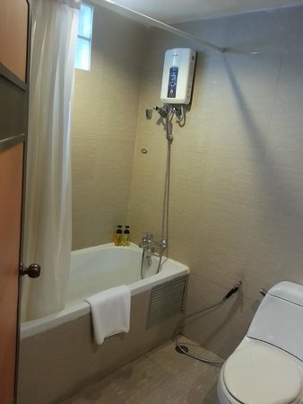 The Key Bangkok Hotel by Compass Hospitality : Shower and tub