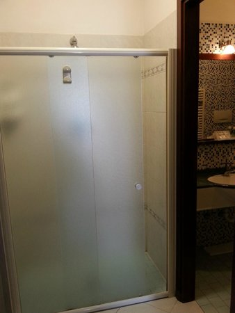 Residence Queen : Box doccia esterno al bagno molto comodo