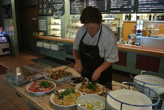 Vertshuset Sinclair: Careful teking care of the food