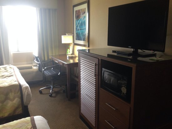 La Quinta Inn Austin North : Desk, tv, fridge and microwave in cabinet