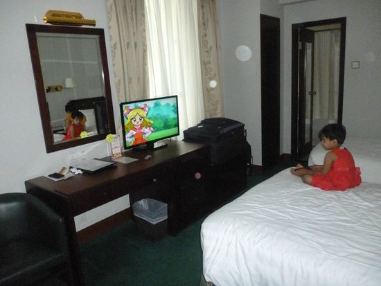 Shamrock Hotel: Nice comfortable double room with extra child bed