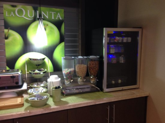 La Quinta Inn Austin North : Yogurt, cereal, fruits, bagels, muffins, and more
