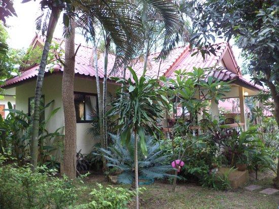 Chor Chang Villa Resort : Территория утопает в зелени!