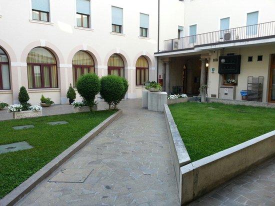 Hotel Padova Casa del Pellegrino: Giardino che separa hall e ristorante. .......che ne dite,  dico bugie???