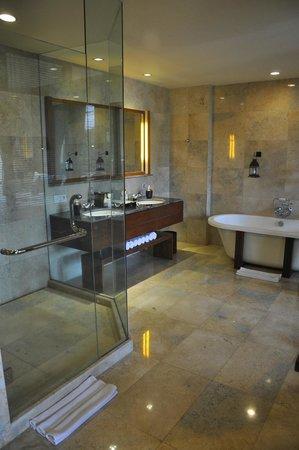 Komaneka at Bisma: Bathroom
