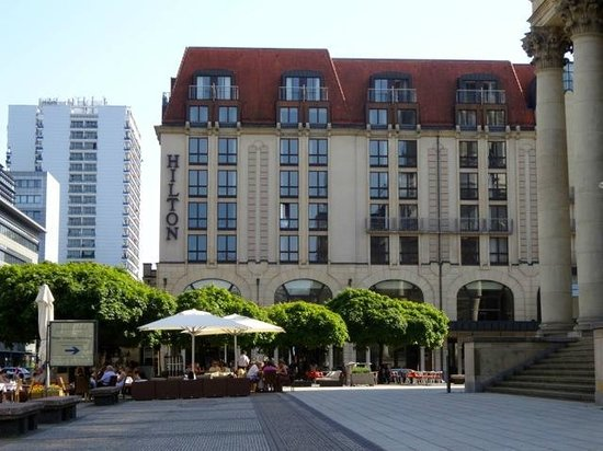 Hilton Berlin: The delightful Berlin Hilton on a gorgeous plaza by the concert house, restaurants, shopping++.