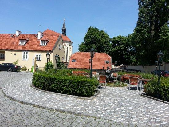 Lindner Hotel Prague Castle: Вид с улицы