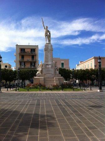 Basilica Cattedrale Maria Santissima della Madia: Monumento nella vicina piazza principale alla cattedrale