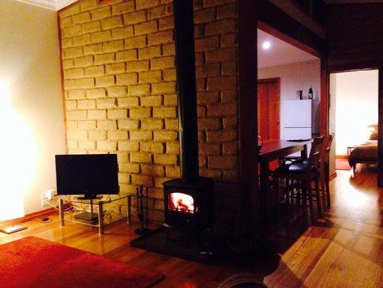 Lyrebird cottages : Log fire inside the cottage