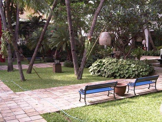 Bumi Surabaya City Resort: The garden
