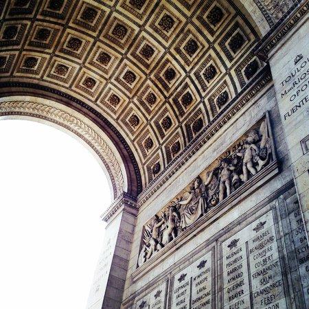 Arc de Triomphe: Bogen von Unten