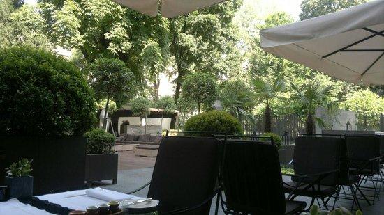 Bulgari Hotel Milano: терраса ресторана