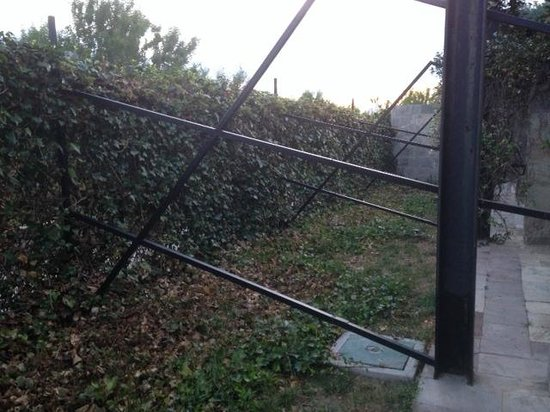 Mas Passamaner : Fence between the neighbours - made it impossible to keep the garden door open at night