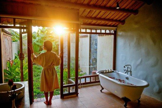 เอเมอรัลดา รีสอร์ท แอนด์ สปา นินบินห์: Deluxe_room_bathroom_afternoon